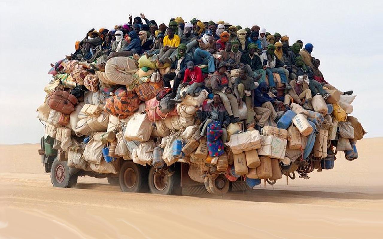 Перегруженные автомобили со всего мира: посмотрите, как они едут!