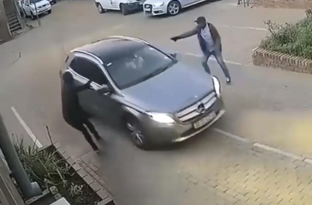 Водитель Мерседеса дал отпор грабителям и протаранил их машину
