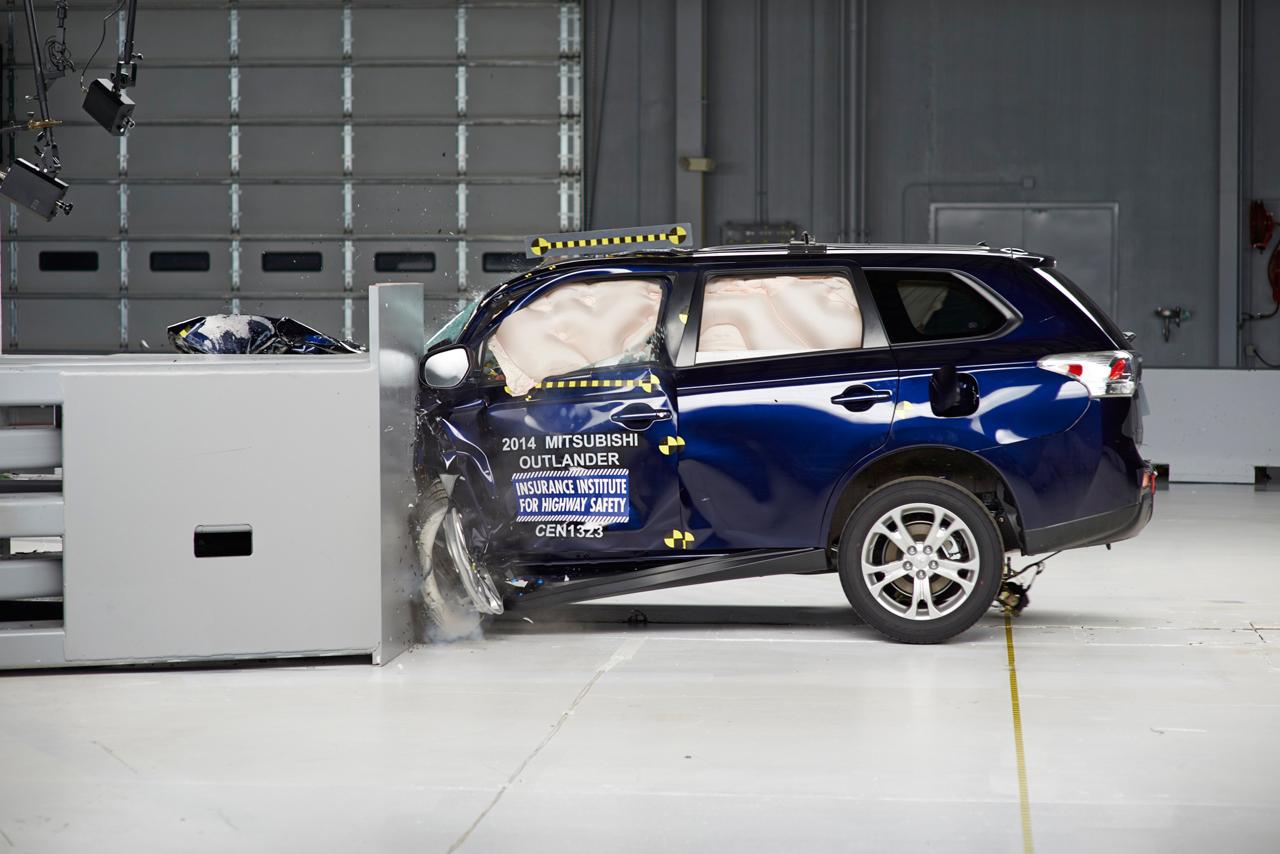 Mitsubishi Outlander подвергли краш-тесту — видео — журнал За ...