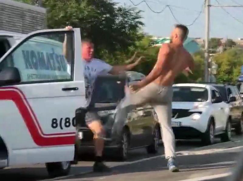 Изображая Ван Дамма: водители не поделили дорогу и сошлись врукопашную