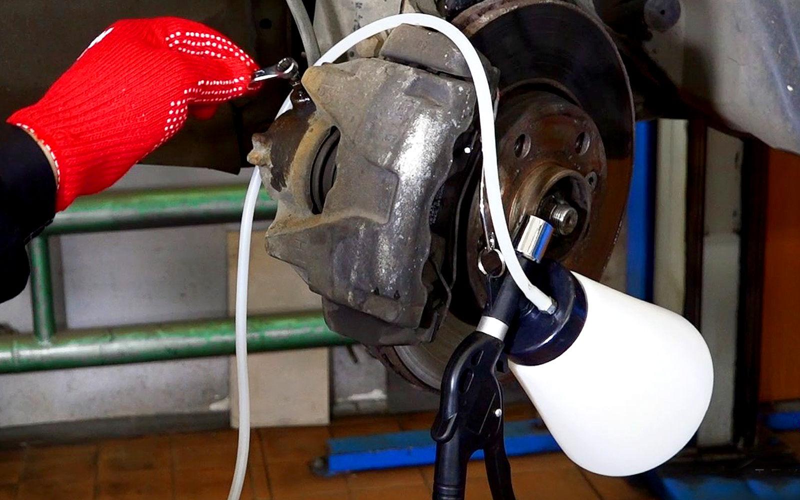 Замена тормозной жидкости — видеоинструкция ЗР
