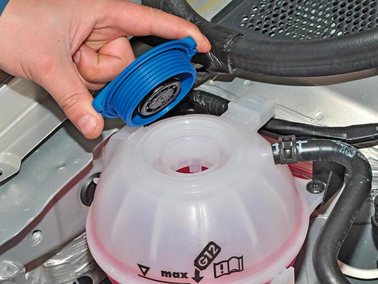 Слив и заправка охлаждающей жидкости двигателя Volkswagen Polo седан