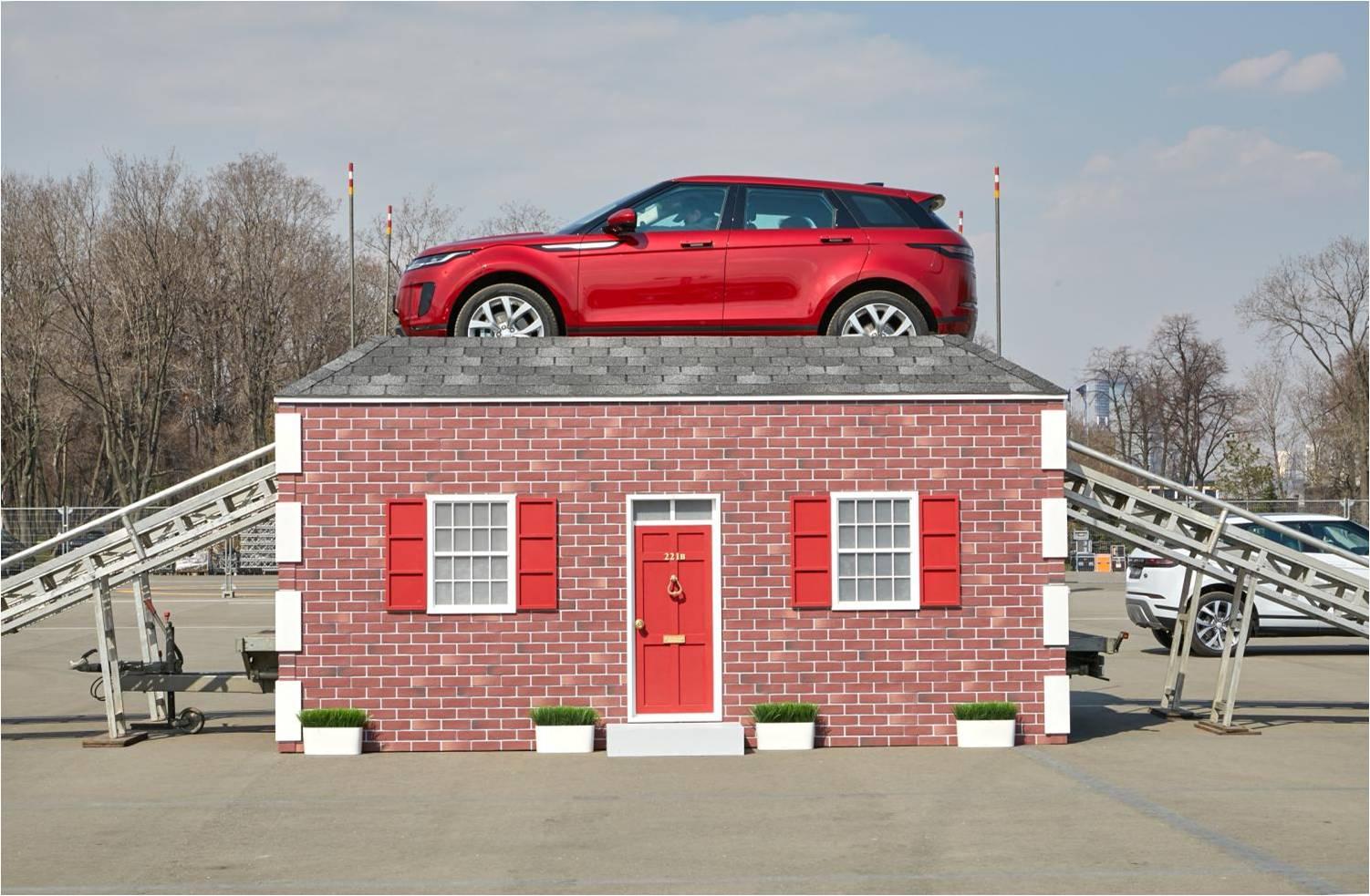 Новый Range Rover Evoque представили в окружении звезд