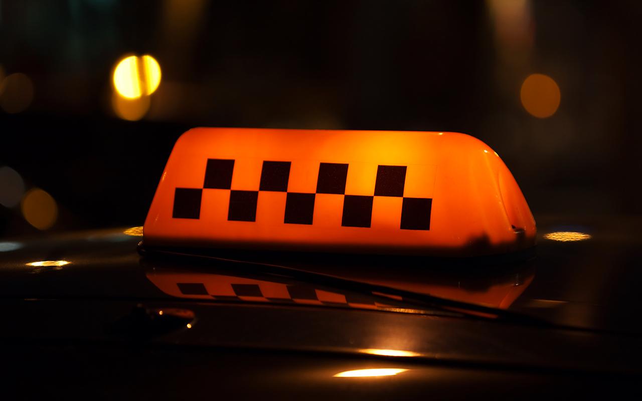 Ушлым пассажирам удалось оставить таксиста без денег