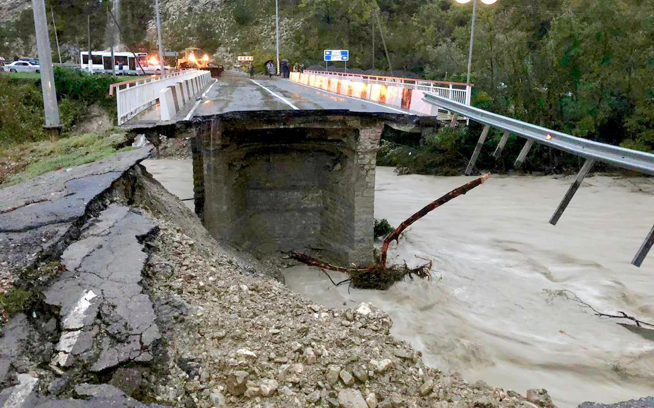 Стихия на Кубани: потоки воды сносят дороги, мосты и автомобили
