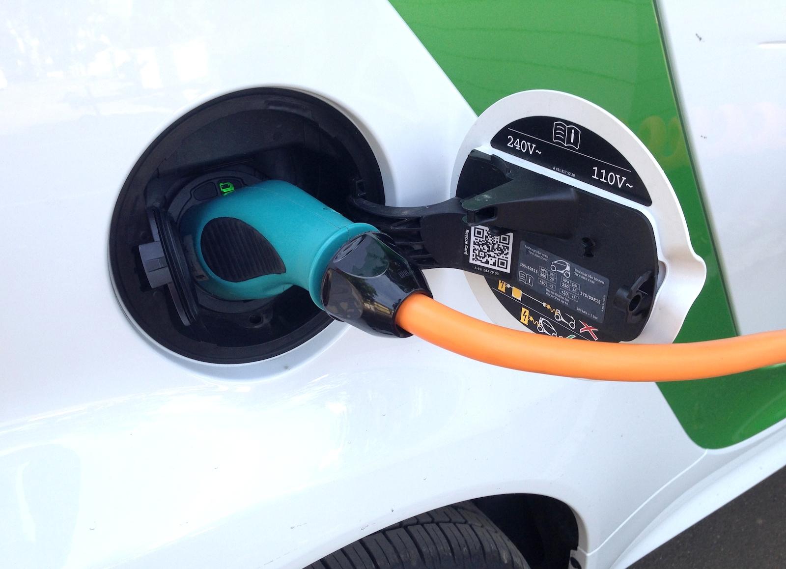 Зарядки нового аккумулятора электромобиля Tesla хватает на ...