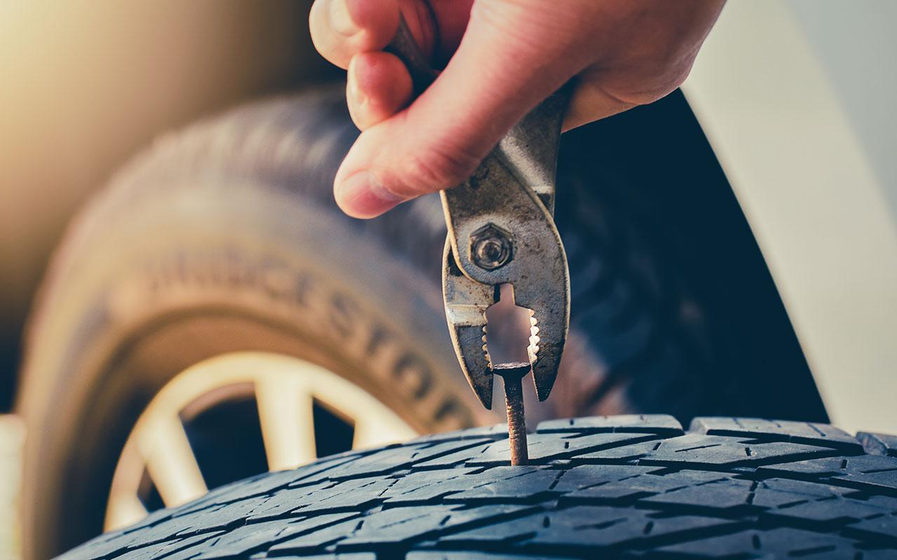 Пробил колесо на скорости – как тормозить и где?