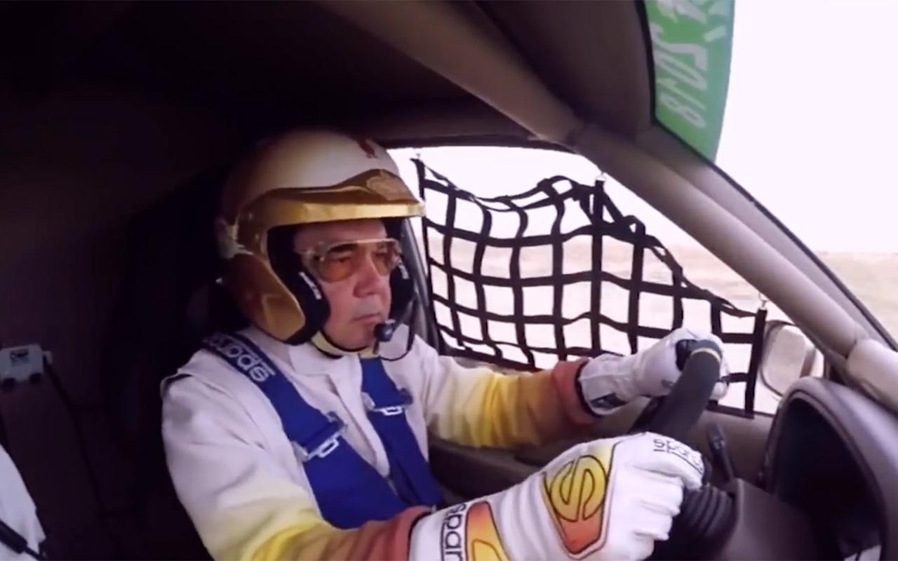 Президент Туркменистана провел первую тренировку налично сконструированном спорткаре
