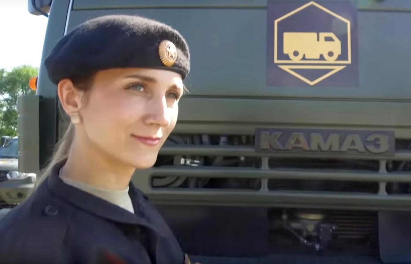 Девушки зарулем армейских КАМАЗов— смотрим инаслаждаемся!