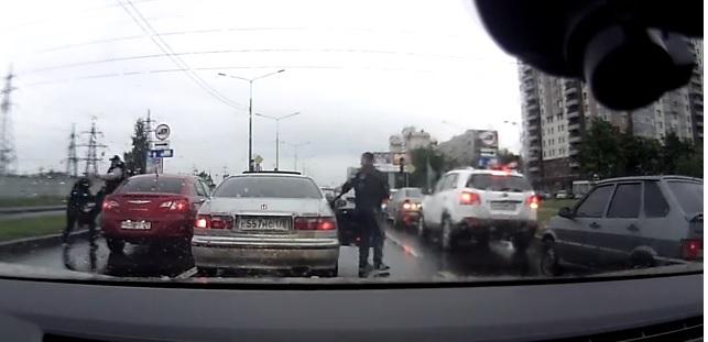 Нокдаун на светофоре сняли на видео - журнал За рулем